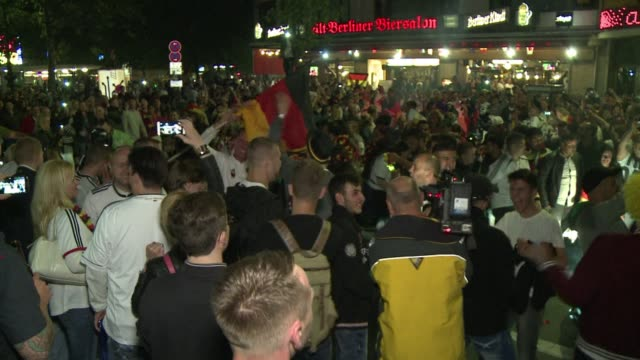 vídeos y material grabado en eventos de stock de fans in germany celebrated their side bringing the world cup trophy back to germany for a fourth time with their 10 victory over argentina in brazil - campeonato mundial deportivo