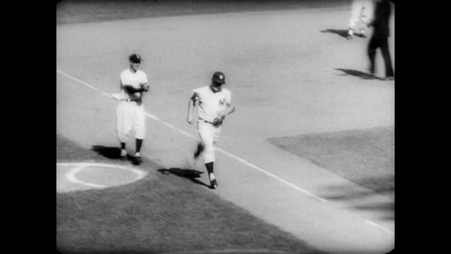 / fans in stands at yankee stadium / roger maris hitting 61st home run to break babe ruth's record / maris running around bases being congratulated... - frivarv bildbanksvideor och videomaterial från bakom kulisserna