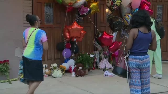fans mourning the death of aretha franklin leave balloons flowers and mementos at detroit's new bethel baptist church where as a child the star... - temporäre gedenkstätte stock-videos und b-roll-filmmaterial