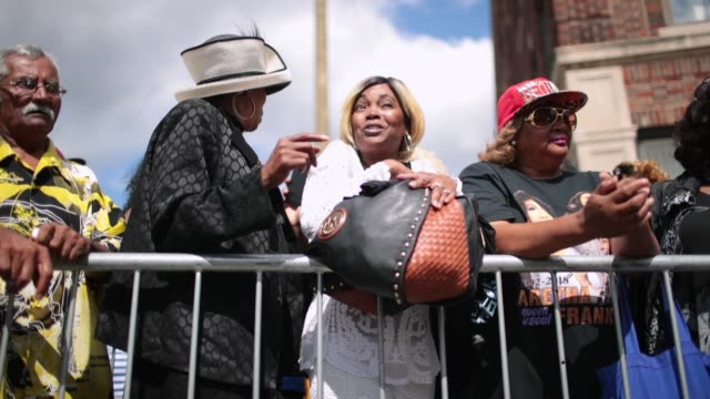 fans of aretha franklin gather outside of the new bethel baptist church the church once ministered by her father rev cl franklin for a final public... - autorität stock-videos und b-roll-filmmaterial