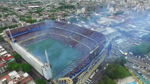vídeos y material grabado en eventos de stock de fans of boca juniors cheer for their team before the first leg match between boca juniors and river plate as part of the finals of copa conmebol... - argentina