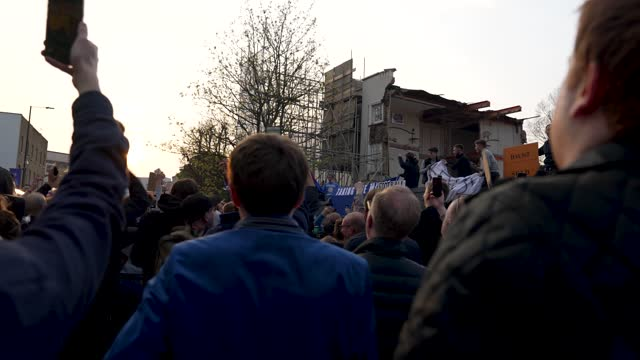 vidéos et rushes de fans of chelsea football club celebrate as chelsea pull out of the european super league outside stamford bridge on april 20, 2021 in london,... - london bridge angleterre