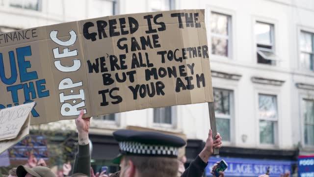 vidéos et rushes de fans of chelsea football club protest against the european super league outside stamford bridge on april 20, 2021 in london, england. six english... - london bridge angleterre