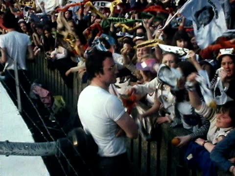 vídeos y material grabado en eventos de stock de fans of david cassidy wave flags and banners at his farewell concert at the white city stadium 1974 - 1974