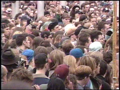 / fans of grunge rock singer, kurt cobain, gather at the seattle center for a candlelight vigil after cobain's suicide. memorial for kurt cobain at... - 追悼行事点の映像素材/bロール