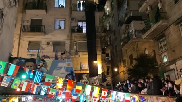 fans of italian football club napoli have paid tribute to the argentinian football legend maradona around the stadio san paolo in naples on thursday,... - ナポリ点の映像素材/bロール