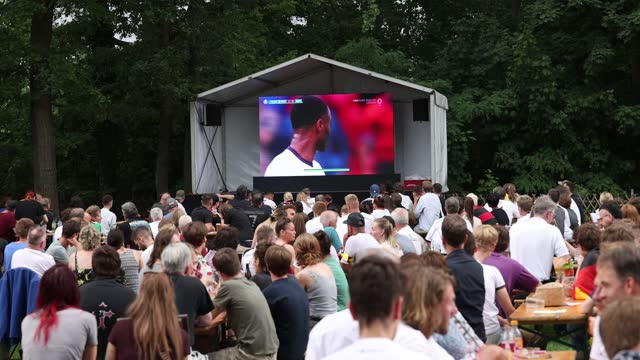 vidéos et rushes de fans reacting outside in a beer garden while england leads 1:0 on the uefa euro 2020 round of 16 match between england v germany at wembley stadium... - projection de films