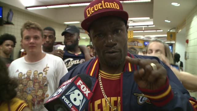 wjw fans reactions after cleveland cavaliers lose 2017 nba finals at oracle arena on june 13 2017 - oracle corporation stock-videos und b-roll-filmmaterial
