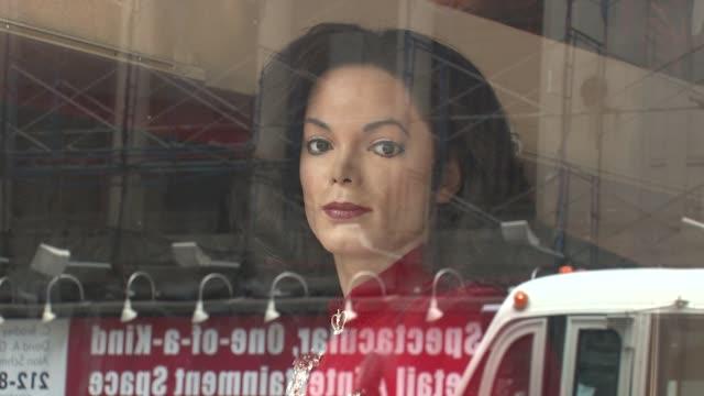 vídeos de stock e filmes b-roll de fans remember iconic pop star michael jackson at madame tussauds new york at the michael jackson is remembered in new york city june 26 2009 at new... - madame tussauds