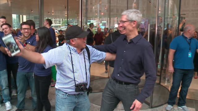 WGN Fans Take Photos with Tim Cook at New Apple Store Grand Opening in Downtown Chicago Oct 20 2017