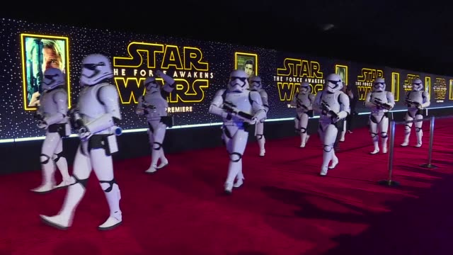 vídeos de stock, filmes e b-roll de fans turn out in force for the highly anticipated hollywood premiere of star wars the force awakens with excitement at fever pitch as the space epic... - série de filmes star wars