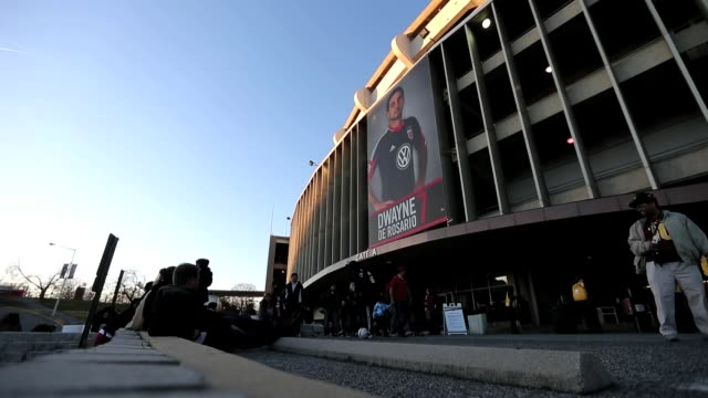 vídeos y material grabado en eventos de stock de fans wait for the gates to open before the start of the dc united and real salt lake soccer match at rfk stadium in washington dc on saturday march 9... - estadio rfk