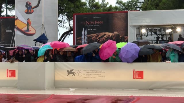 stockvideo's en b-roll-footage met fans wait under the pouring rain for the arrival of johnny depp at sala grande during the 76th venice film festival on september 6 2019 in venice... - filmfestival