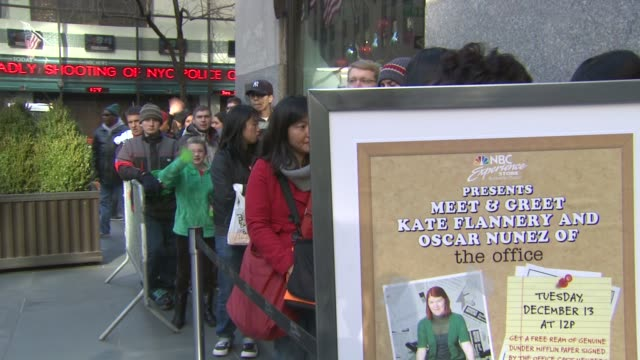 stockvideo's en b-roll-footage met fans waiting for autographs at nbc experience store on in new york city - signeren