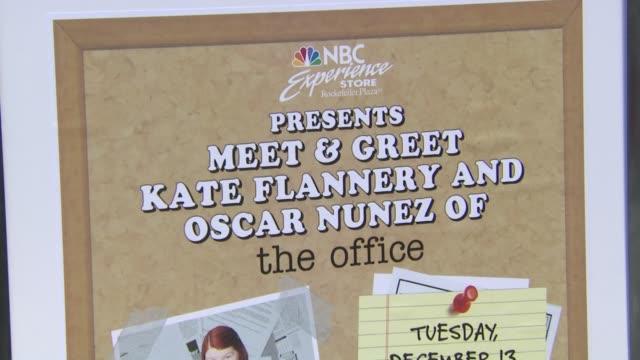 vídeos de stock e filmes b-roll de fans waiting for autographs at nbc experience store on in new york city - autografar