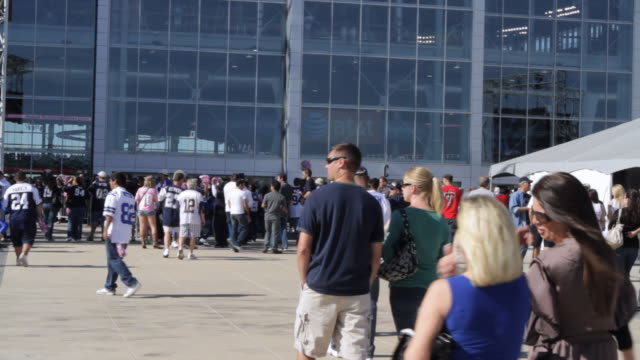 ms fans walking toward and entering cowboys stadium / arlington, texas, united states - 乗り込む点の映像素材/bロール