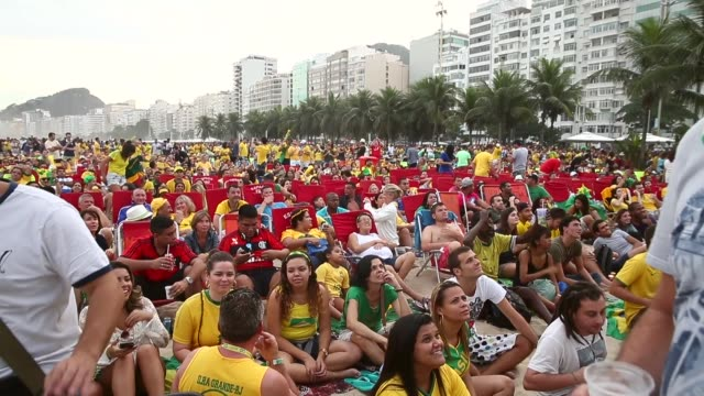 vidéos et rushes de fans watch brazil beat cameroon 4-1 in world cup play on the large screen setup at fifa world cup fan fest on copacabana, beach, on the 23rd of june,... - lieux géographiques