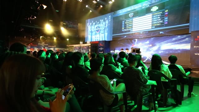 fans watch the second round of the starcraft ii 2015 proleague tournament in seoul south korea on tuesday sept 29fans watch the game play on large... - contestant stock videos & royalty-free footage