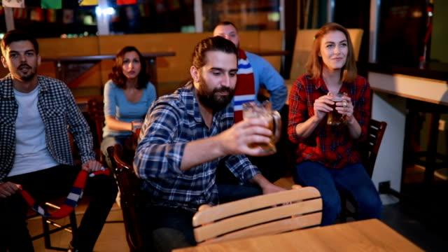 Fans kijken naar een spel van sporten