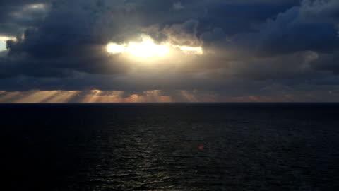 素晴らしい海岸沿いのサンセット(低速度撮影) - sunbeam点の映像素材/bロール
