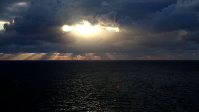 素晴らしい海岸沿いのサンセット(低速度撮影) - 光線点の映像素材/bロール