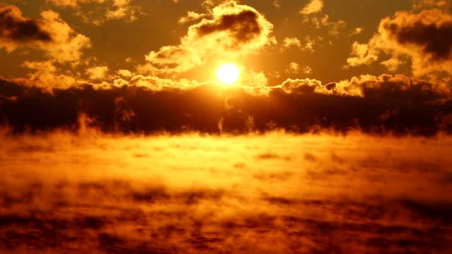 Fantastica tramonto sul mare nebbioso