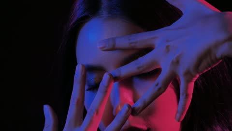 fantastisk video av sexiga porträtt av vacker och sexig kvinna på svart bakgrund under uv-svart ljus. uttrycksfulla ansiktsuttryck. kosmetika och spa. beauty face. video: olika porträtt, party concept - nattklubb bildbanksvideor och videomaterial från bakom kulisserna