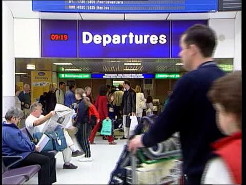vídeos y material grabado en eventos de stock de far east pneumonia reaches britain; lib manchester airport: int passengers along inside airport terminal ext airtours aircraft taking off - neumonía