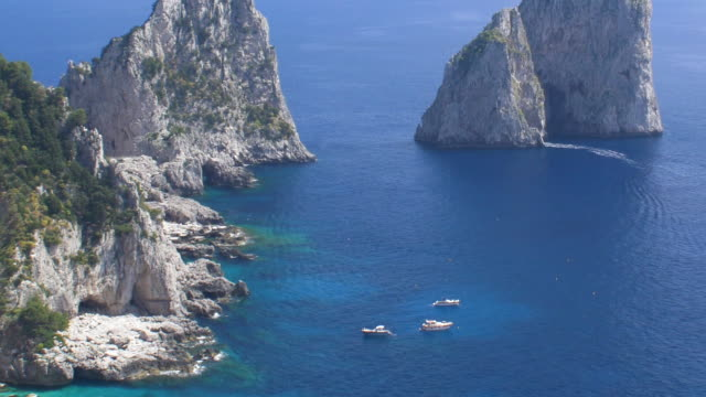vidéos et rushes de faraglioni rock stacks , off the coast of capri - roche sédimentaire