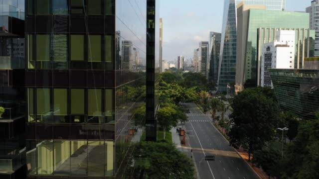vídeos y material grabado en eventos de stock de avenida faria lima con algunos coches durante el tiempo de cuarentena - calle urbana