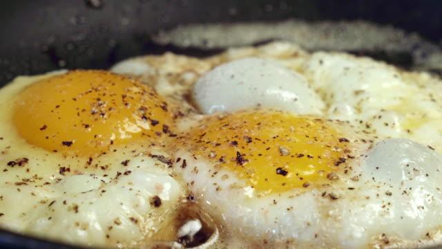 stockvideo's en b-roll-footage met boerderij verse eieren bakken in een koekenpan - gebakken ei