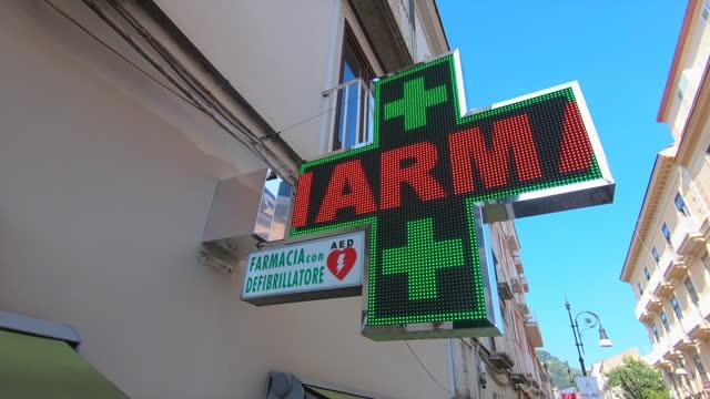 vídeos y material grabado en eventos de stock de farmacia pharmacy sign in sorrento, italy, europe. - cruce