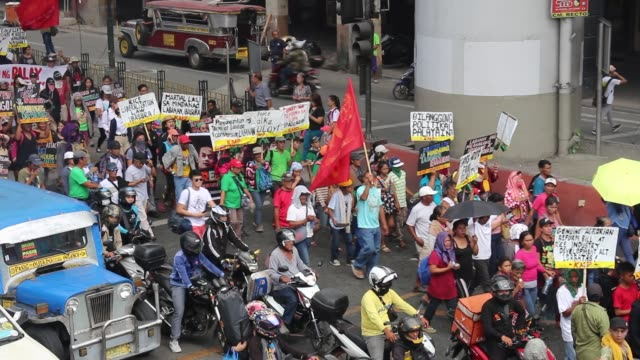 farmer and peasant groups on monday october 212019 marched to mendiola in manila to protest what they said was a lack of government action on issues... - philippinen stock-videos und b-roll-filmmaterial