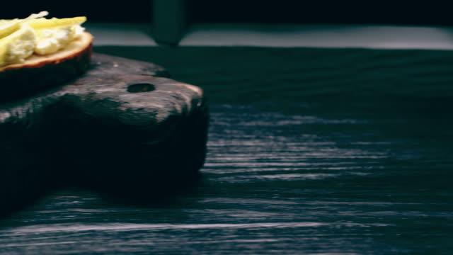 トップスと果物農家チーズ サンドイッチ - ブリーチーズ点の映像素材/bロール