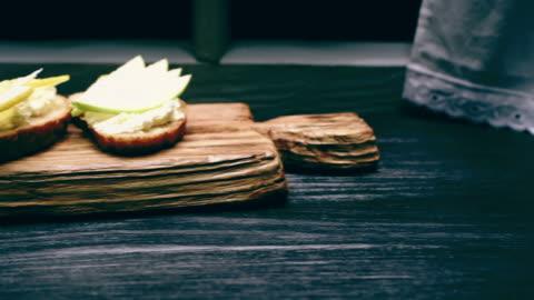vídeos y material grabado en eventos de stock de sándwiches de queso campesino con tapas varias - tostada