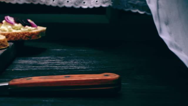 様々 なトップスと農家チーズ サンドイッチ - ブリーチーズ点の映像素材/bロール