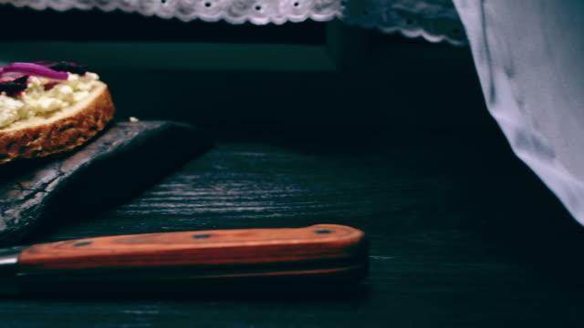 様々なトップスのファーマーチーズサンドイッチ - ブリーチーズ点の映像素材/bロール