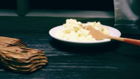 vídeos y material grabado en eventos de stock de tostadas de queso campesino - tostada