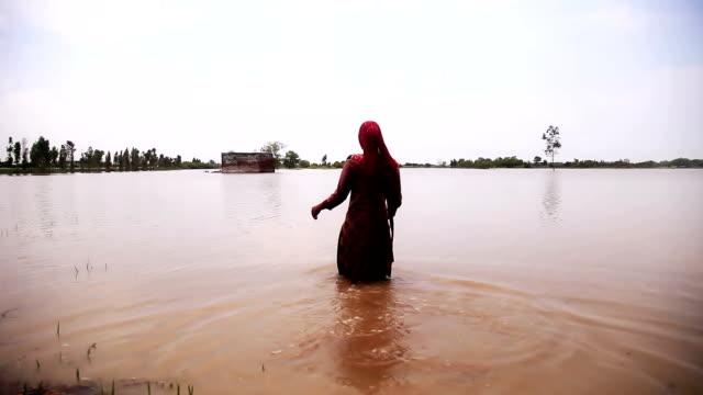 Bauer auf seinem Gebiet betreten mit Wasser gefüllt