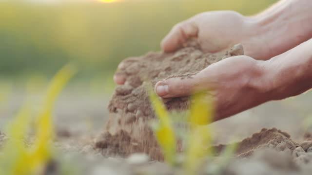 Landwirt Hände greifen Boden. Landwirtschaft-Hintergrund.