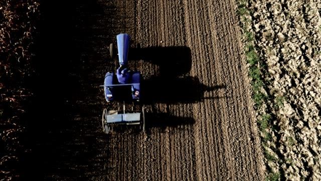 AERIAL Farmer erschütternd ein Feld