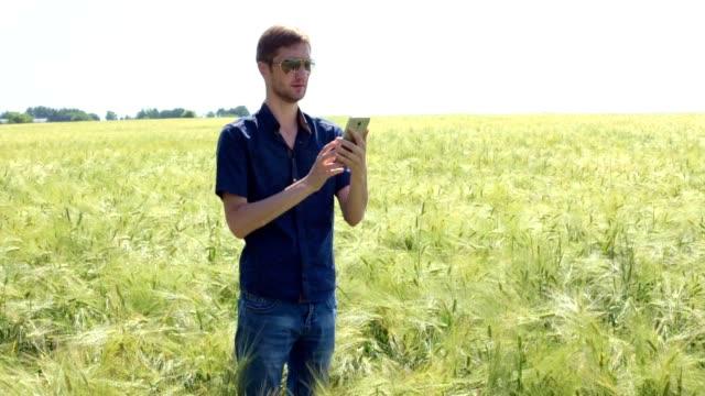 vidéos et rushes de paysan dans un champ de blé. - eastern european culture