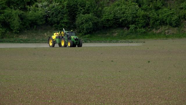 vídeos de stock e filmes b-roll de farmer pesticides on field - inseticida