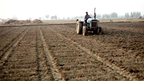 vídeos y material grabado en eventos de stock de arar el campo de granja - campo arado