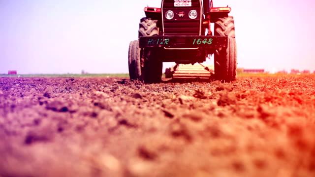 vídeos de stock, filmes e b-roll de agricultor plowing field - vista de baixo para cima