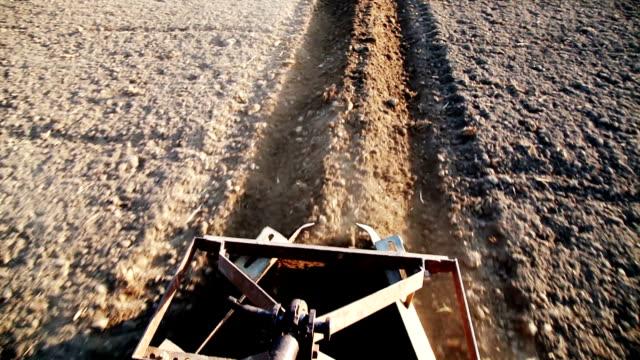 vídeos y material grabado en eventos de stock de tractor de montar a caballo del granjero en el campo - arar