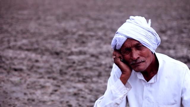 Retrato de sesión de granjero en el campo