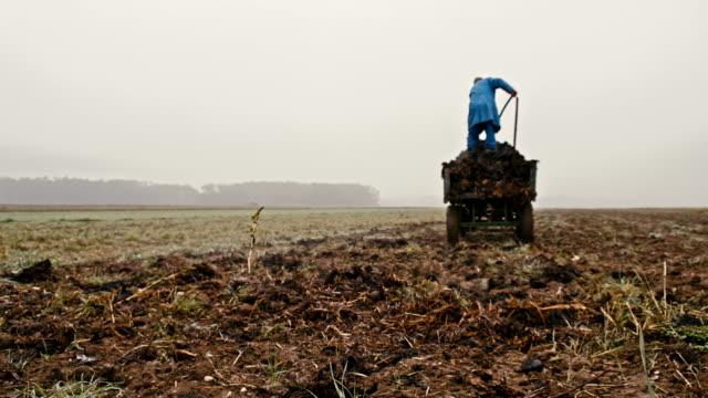WA Farmer Verbreitung von Gülle über das Feld