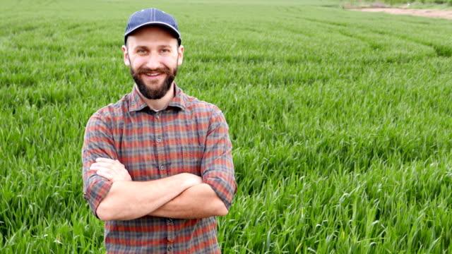 腕を組んで立っている農夫 - 農学者点の映像素材/bロール