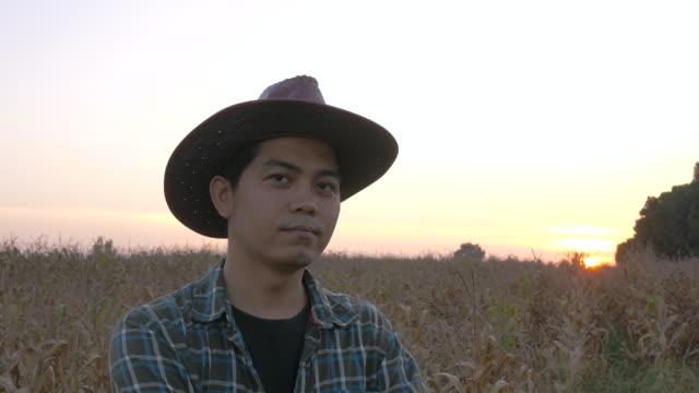 vídeos y material grabado en eventos de stock de granjero de pulgares para arriba en campo de maíz - contenedor de muestras